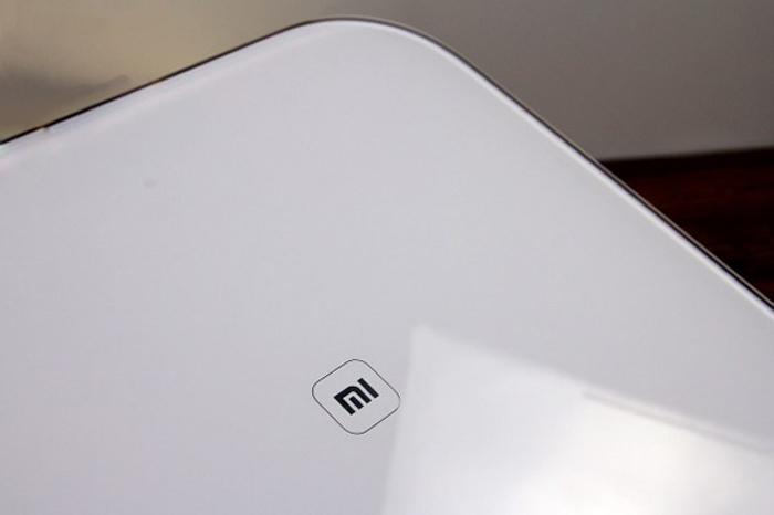 в центре устройства симпатичный логотип MI