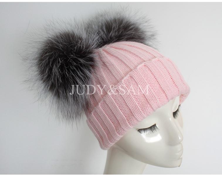 шапка с несколькими помпонами
