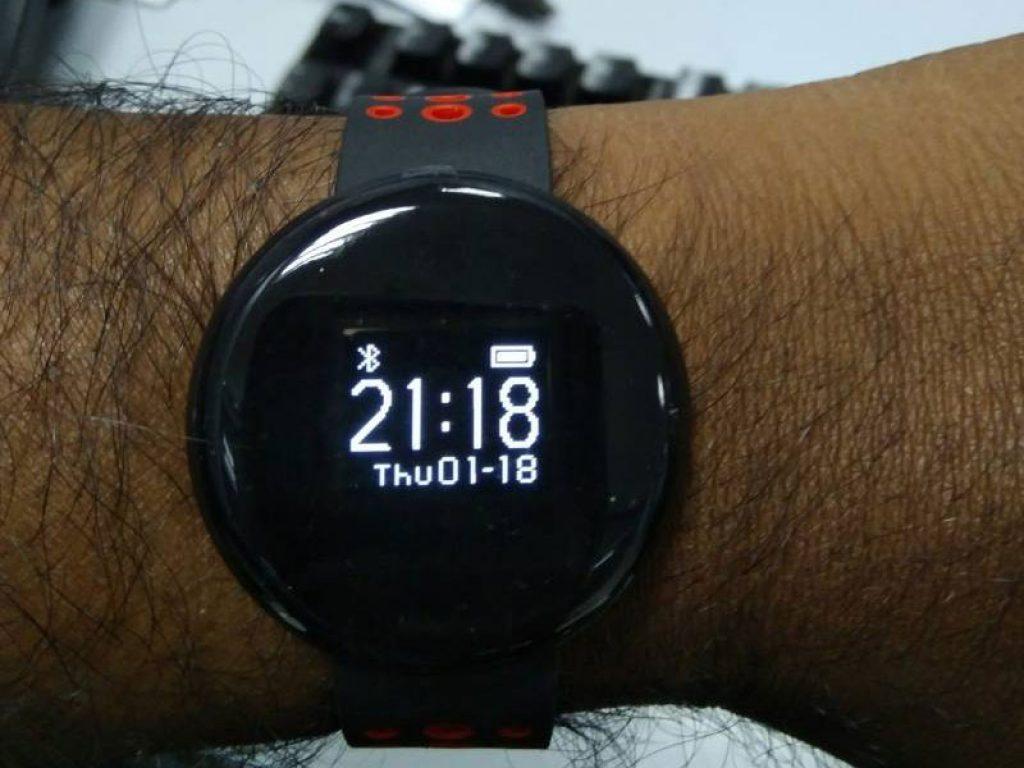 часы LYNWO I8 на руке